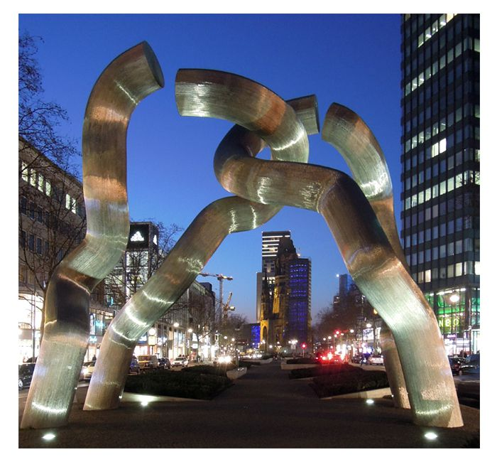 Sculpture Berlin on Tauentzien at night - photo cult berlin